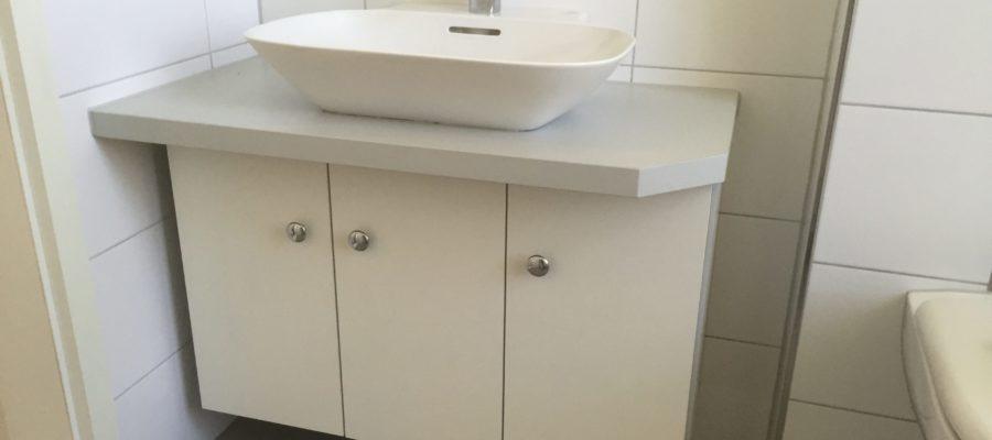 Waschtisch Unterbau hängend aus Möbelspanplatte.