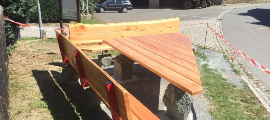 Sitzbank und Tisch auf Metallgestell aus Lärche